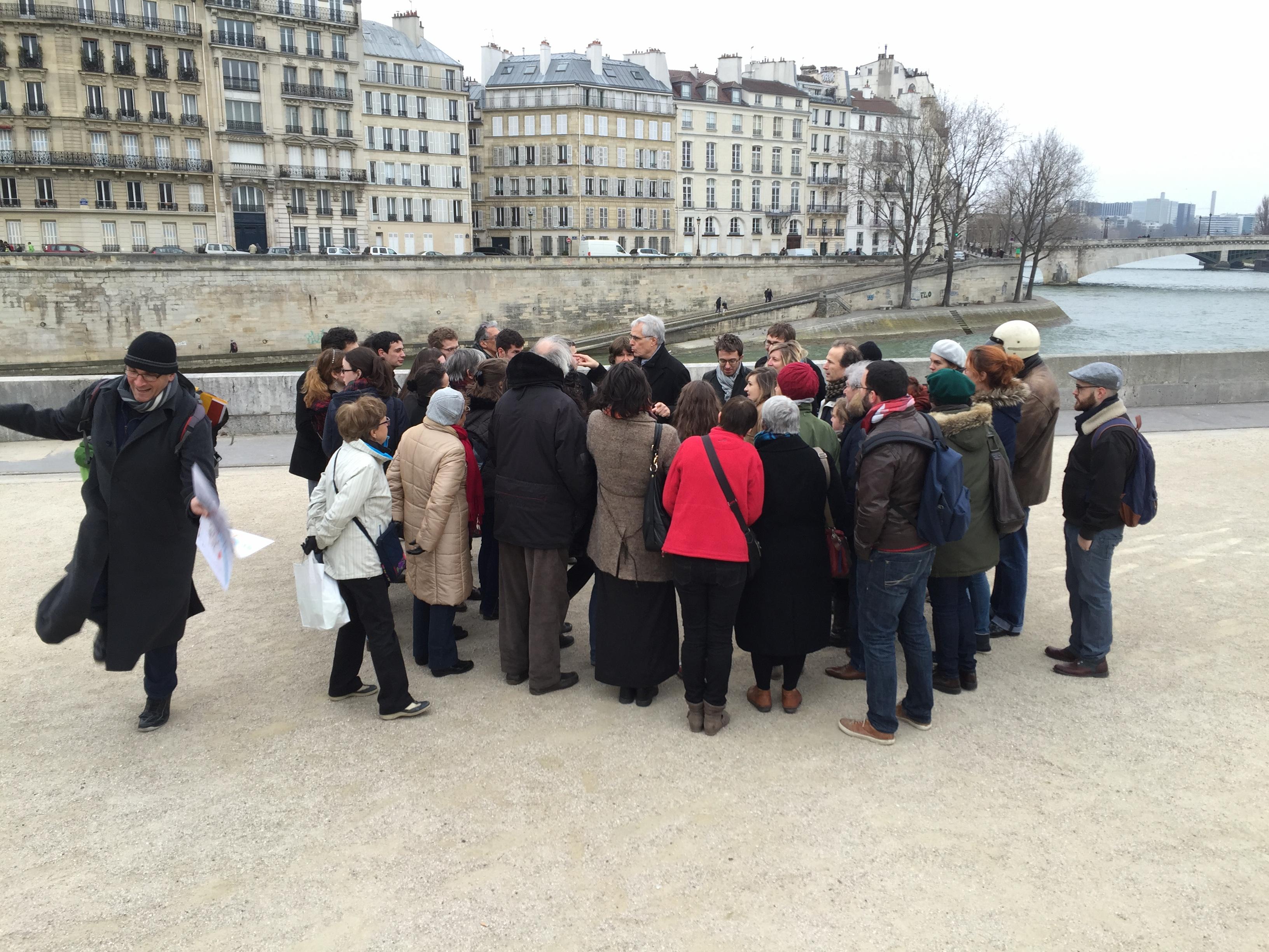 Durant la balade de Darwin Smith autour du thème du théâtre à Paris au Moyen Âge, un passant, passionné par l'intervention, tente dune reconstitution du carnaval médiéval.